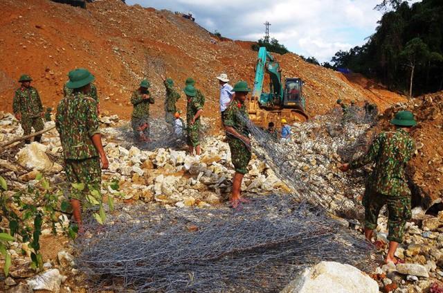 Cận cảnh những khối bê tông 'khủng' nghi vùi lấp nạn nhân mất tích ở Rào Trăng 3 - Ảnh 5.