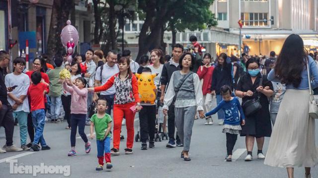 Người dân Hà Nội đổ lên phố đi bộ hưởng se lạnh cuối thu - Ảnh 2.