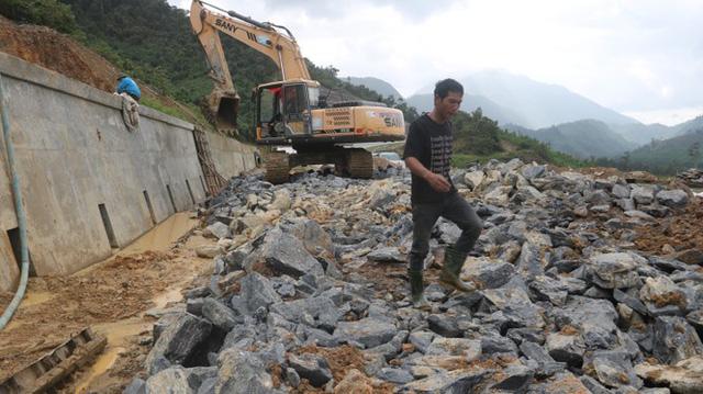 Đường sá ở miền Trung sạt lở, tan nát sau mưa bão - Ảnh 1.