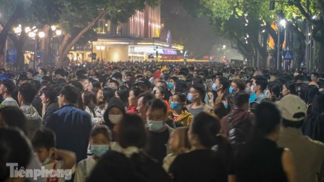 Người dân Hà Nội đổ lên phố đi bộ hưởng se lạnh cuối thu - Ảnh 11.