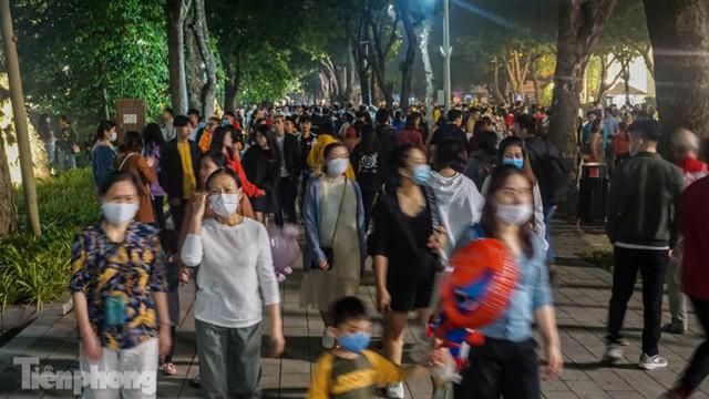Người dân Hà Nội đổ lên phố đi bộ hưởng se lạnh cuối thu - Ảnh 12.