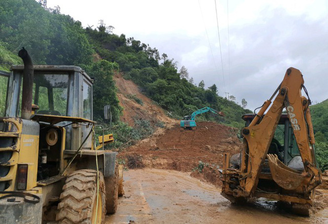 Đường sá ở miền Trung sạt lở, tan nát sau mưa bão - Ảnh 12.