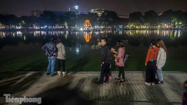 Người dân Hà Nội đổ lên phố đi bộ hưởng se lạnh cuối thu - Ảnh 13.