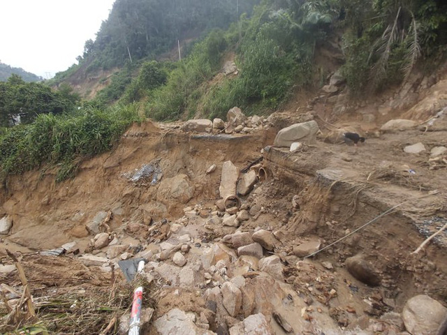 Đường sá ở miền Trung sạt lở, tan nát sau mưa bão - Ảnh 13.