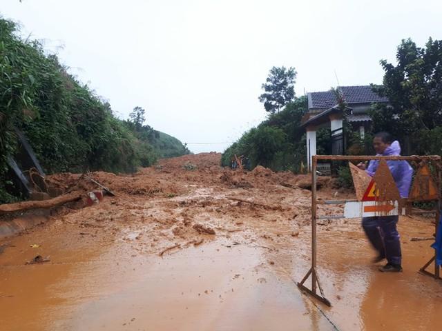 Đường sá ở miền Trung sạt lở, tan nát sau mưa bão - Ảnh 14.