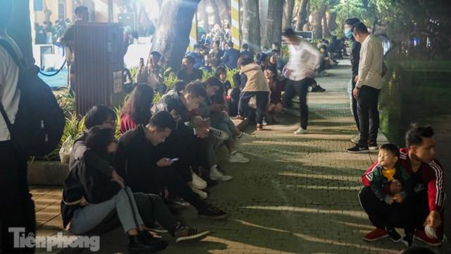 Người dân Hà Nội đổ lên phố đi bộ hưởng se lạnh cuối thu - Ảnh 15.