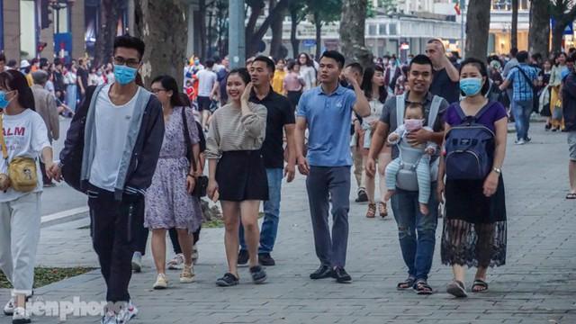 Người dân Hà Nội đổ lên phố đi bộ hưởng se lạnh cuối thu - Ảnh 3.