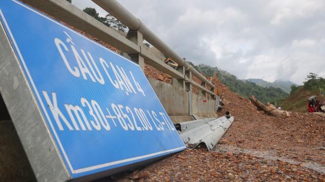 Đường sá ở miền Trung sạt lở, tan nát sau mưa bão - Ảnh 3.