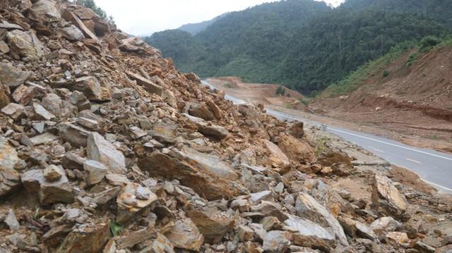Đường sá ở miền Trung sạt lở, tan nát sau mưa bão - Ảnh 6.