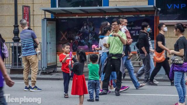 Người dân Hà Nội đổ lên phố đi bộ hưởng se lạnh cuối thu - Ảnh 7.