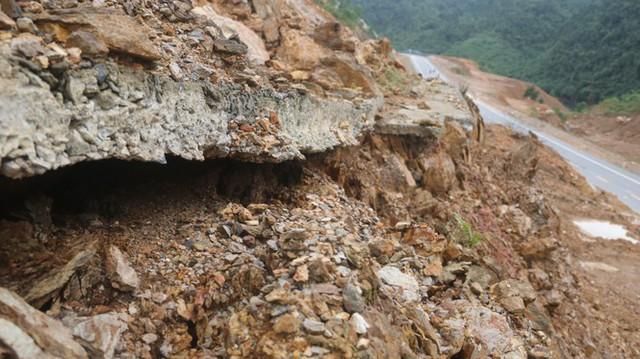 Đường sá ở miền Trung sạt lở, tan nát sau mưa bão - Ảnh 7.