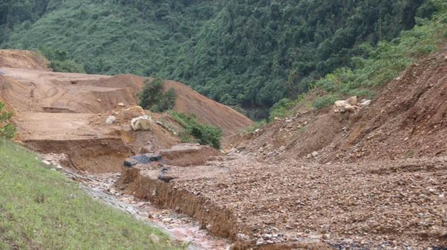 Đường sá ở miền Trung sạt lở, tan nát sau mưa bão - Ảnh 8.