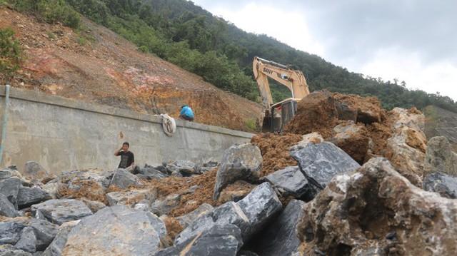 Đường sá ở miền Trung sạt lở, tan nát sau mưa bão - Ảnh 10.