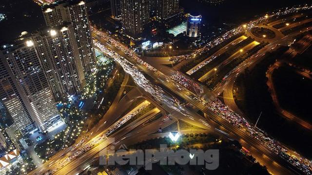 Cầu vượt trăm tỷ và những nút giao thông nhiều tầng Hà Nội nhìn về đêm - Ảnh 2.