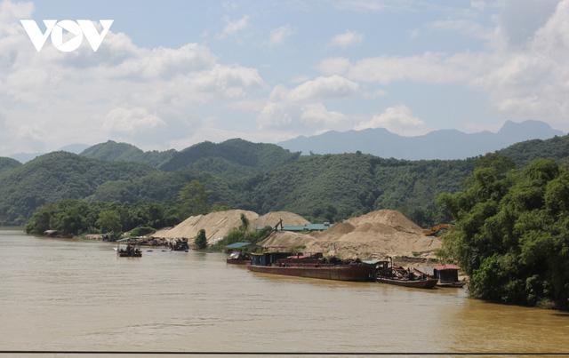 Ảnh: Rầm rộ khai thác cát dưới chân cầu Tô Mậu (Yên Bái) - Ảnh 2.