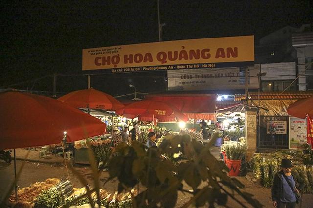 Chợ hoa lớn nhất Hà Nội nhộn nhịp trong dịp Ngày Nhà giáo Việt Nam  - Ảnh 1.