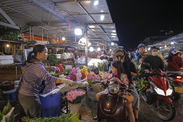 Chợ hoa lớn nhất Hà Nội nhộn nhịp trong dịp Ngày Nhà giáo Việt Nam  - Ảnh 2.