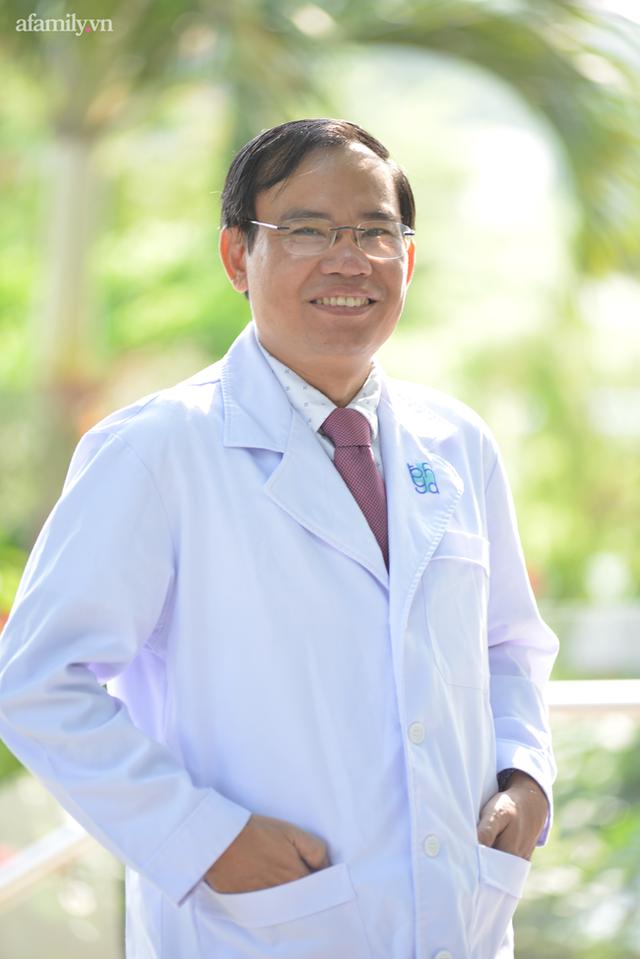 """Ký ức bất lực nhìn bệnh nhân ra đi của vị bác sĩ 20 năm vừa làm thầy giáo vừa chữa bệnh và lời nhắn nhủ sinh viên: """"Y khoa là ngành phải dấn thân"""" - Ảnh 1."""