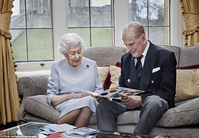 Vợ chồng Nữ hoàng Anh kỷ niệm 73 năm ngày cưới bằng bức hình ý nghĩa chứa chi tiết khiến vợ chồng Meghan Markle phải xấu hổ - Ảnh 1.