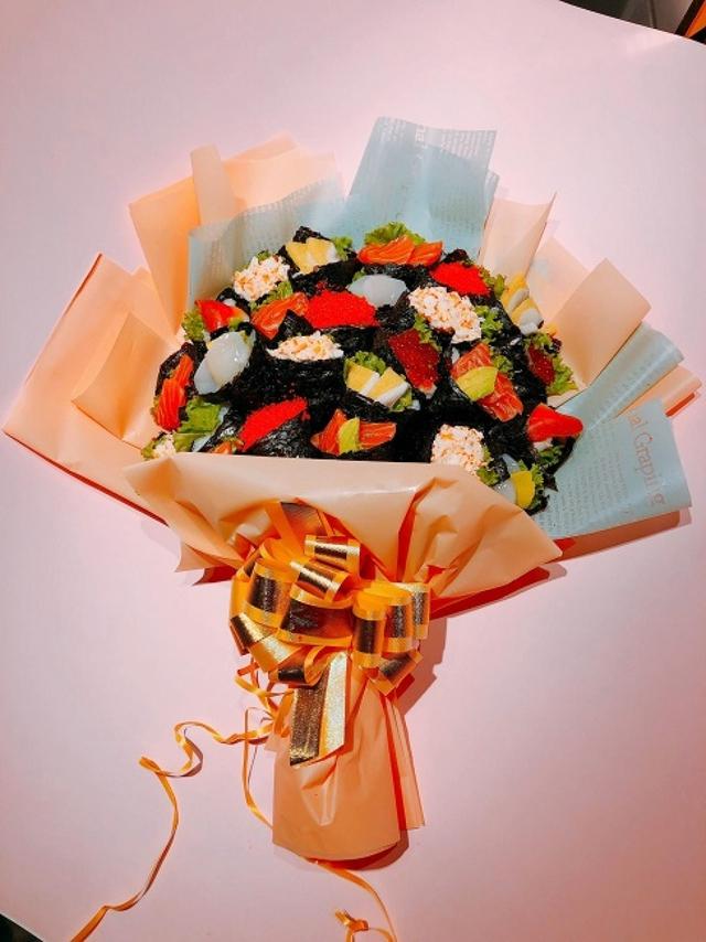Bó hoa độc đáo làm từ cá hồi và rong biển trị giá 1,4 triệu đồng - Ảnh 2.