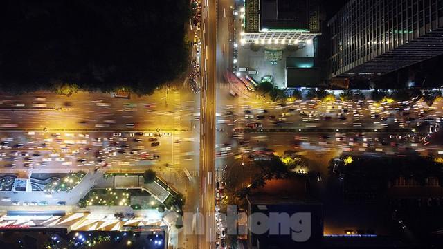 Cầu vượt trăm tỷ và những nút giao thông nhiều tầng Hà Nội nhìn về đêm - Ảnh 11.