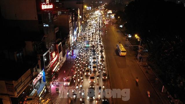 Cầu vượt trăm tỷ và những nút giao thông nhiều tầng Hà Nội nhìn về đêm - Ảnh 12.