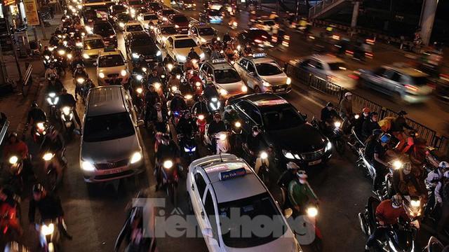 Cầu vượt trăm tỷ và những nút giao thông nhiều tầng Hà Nội nhìn về đêm - Ảnh 3.