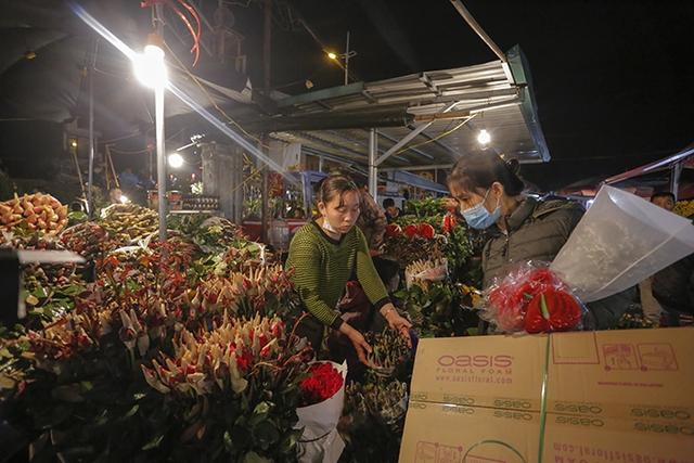 Chợ hoa lớn nhất Hà Nội nhộn nhịp trong dịp Ngày Nhà giáo Việt Nam  - Ảnh 3.