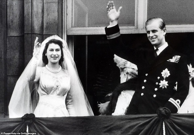 Vợ chồng Nữ hoàng Anh kỷ niệm 73 năm ngày cưới bằng bức hình ý nghĩa chứa chi tiết khiến vợ chồng Meghan Markle phải xấu hổ - Ảnh 3.