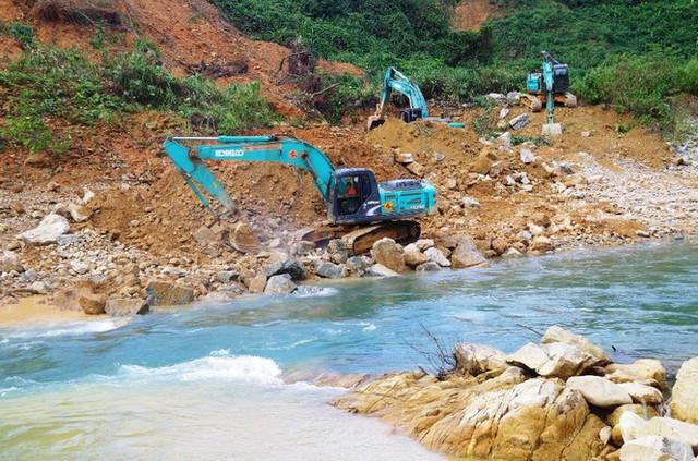 Nhìn gần 'dòng sông mới' Rào Trăng vừa nắn chỉnh để tìm nạn nhân mất tích  - Ảnh 3.