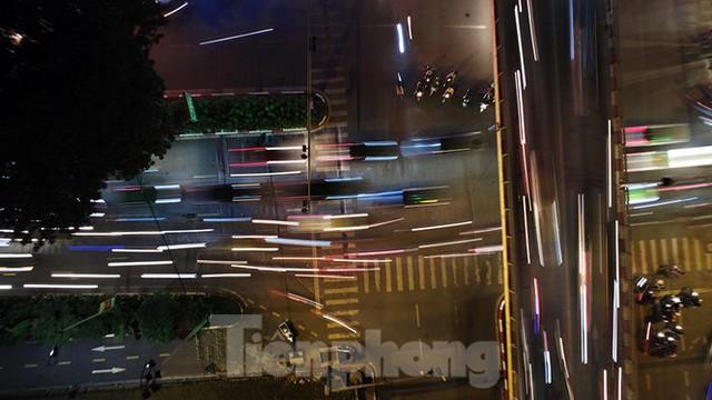 Cầu vượt trăm tỷ và những nút giao thông nhiều tầng Hà Nội nhìn về đêm - Ảnh 4.