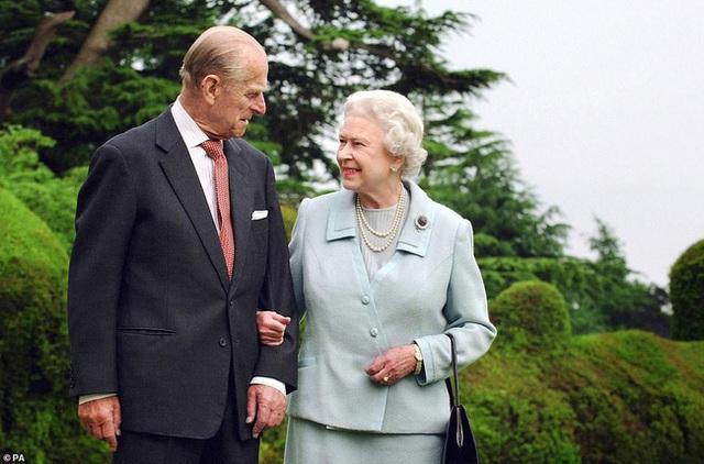 Vợ chồng Nữ hoàng Anh kỷ niệm 73 năm ngày cưới bằng bức hình ý nghĩa chứa chi tiết khiến vợ chồng Meghan Markle phải xấu hổ - Ảnh 4.