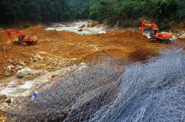 Nhìn gần 'dòng sông mới' Rào Trăng vừa nắn chỉnh để tìm nạn nhân mất tích  - Ảnh 4.
