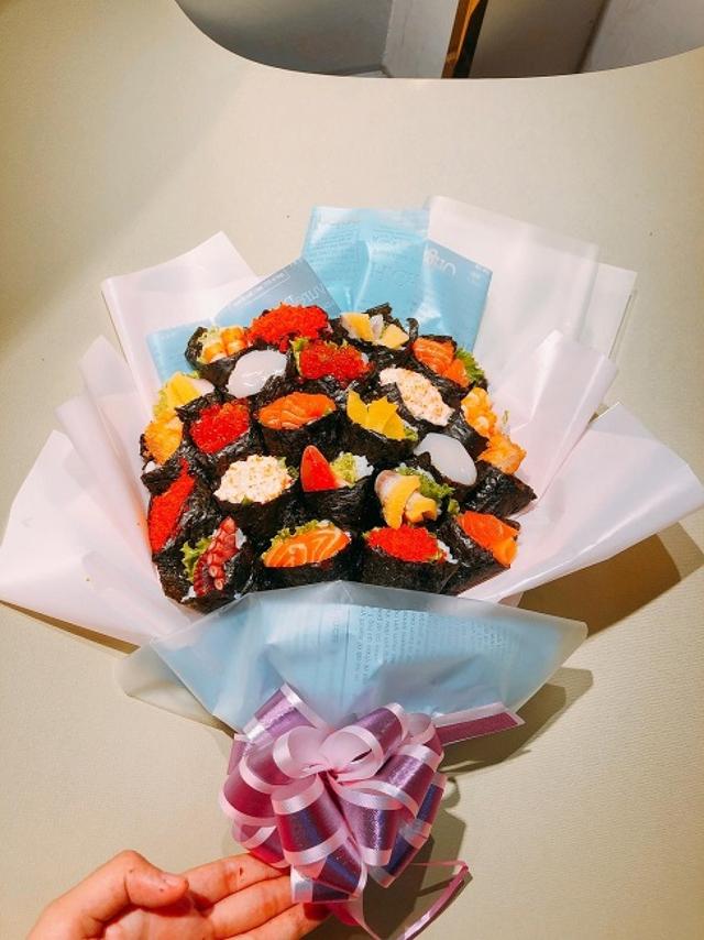 Bó hoa độc đáo làm từ cá hồi và rong biển trị giá 1,4 triệu đồng - Ảnh 4.