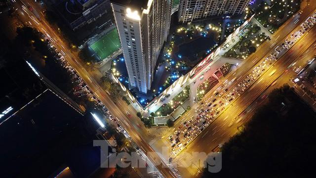 Cầu vượt trăm tỷ và những nút giao thông nhiều tầng Hà Nội nhìn về đêm - Ảnh 5.