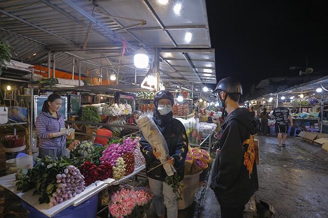Chợ hoa lớn nhất Hà Nội nhộn nhịp trong dịp Ngày Nhà giáo Việt Nam  - Ảnh 5.