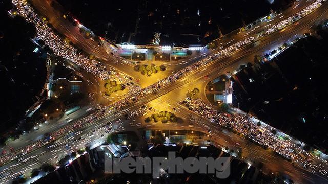 Cầu vượt trăm tỷ và những nút giao thông nhiều tầng Hà Nội nhìn về đêm - Ảnh 6.