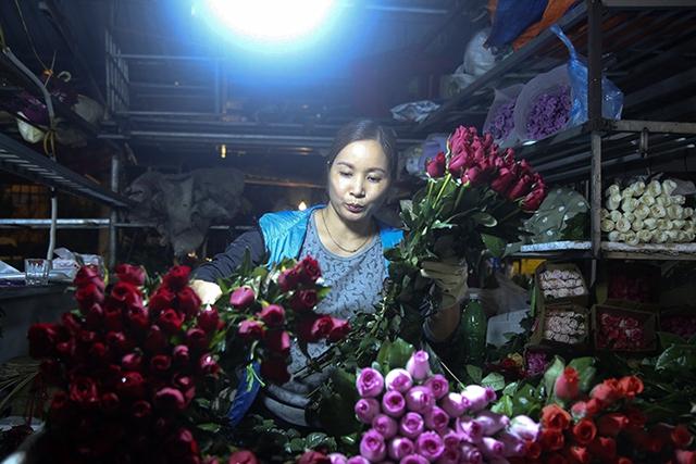 Chợ hoa lớn nhất Hà Nội nhộn nhịp trong dịp Ngày Nhà giáo Việt Nam  - Ảnh 6.