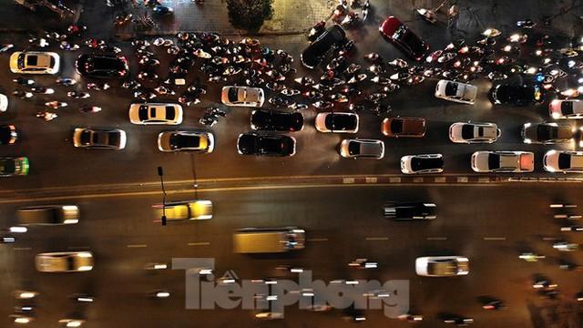 Cầu vượt trăm tỷ và những nút giao thông nhiều tầng Hà Nội nhìn về đêm - Ảnh 7.