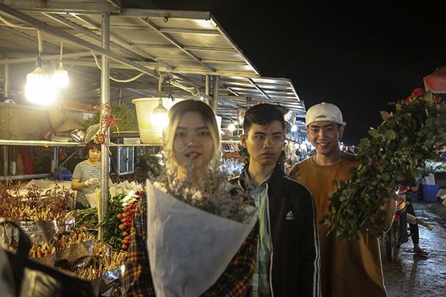 Chợ hoa lớn nhất Hà Nội nhộn nhịp trong dịp Ngày Nhà giáo Việt Nam  - Ảnh 7.