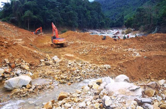 Nhìn gần 'dòng sông mới' Rào Trăng vừa nắn chỉnh để tìm nạn nhân mất tích  - Ảnh 7.