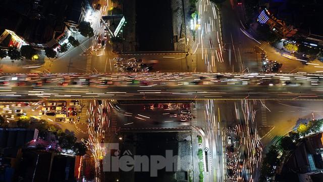 Cầu vượt trăm tỷ và những nút giao thông nhiều tầng Hà Nội nhìn về đêm - Ảnh 8.