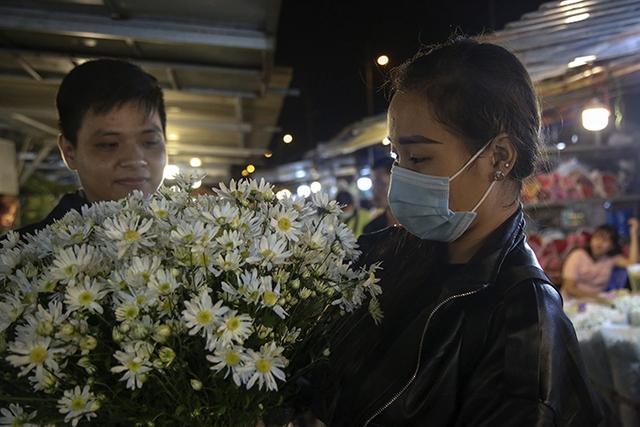 Chợ hoa lớn nhất Hà Nội nhộn nhịp trong dịp Ngày Nhà giáo Việt Nam  - Ảnh 8.