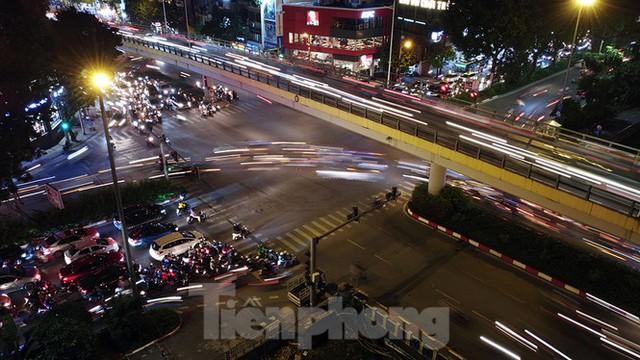 Cầu vượt trăm tỷ và những nút giao thông nhiều tầng Hà Nội nhìn về đêm - Ảnh 9.