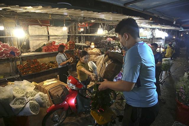 Chợ hoa lớn nhất Hà Nội nhộn nhịp trong dịp Ngày Nhà giáo Việt Nam  - Ảnh 9.