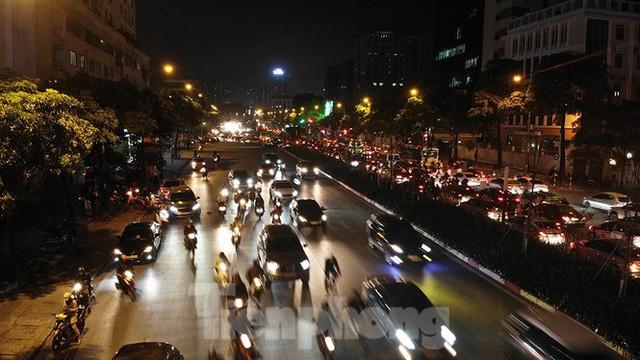 Cầu vượt trăm tỷ và những nút giao thông nhiều tầng Hà Nội nhìn về đêm - Ảnh 10.