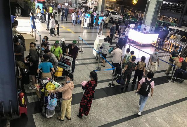 Hành khách thở dốc, vã mồ hôi hột khi vác hành lý 4 tầng để đón xe công nghệ tại Tân Sơn Nhất - Ảnh 1.