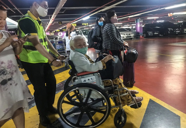 Hành khách thở dốc, vã mồ hôi hột khi vác hành lý 4 tầng để đón xe công nghệ tại Tân Sơn Nhất - Ảnh 11.