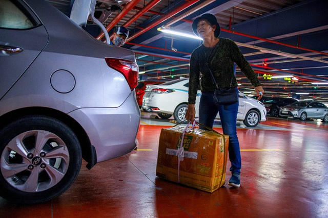 Hành khách thở dốc, vã mồ hôi hột khi vác hành lý 4 tầng để đón xe công nghệ tại Tân Sơn Nhất - Ảnh 14.