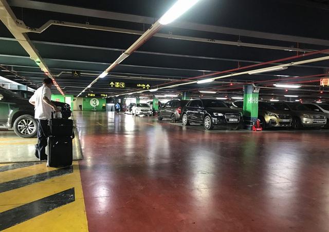Hành khách thở dốc, vã mồ hôi hột khi vác hành lý 4 tầng để đón xe công nghệ tại Tân Sơn Nhất - Ảnh 15.